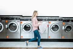 Femme dans la blanchisserie photos stock