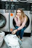 Femme dans la blanchisserie image stock