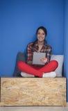 Femme dans la boîte crative travaillant au comprimé Photo libre de droits