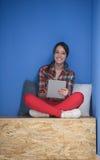 Femme dans la boîte crative travaillant au comprimé Images libres de droits