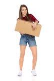 Femme dans la boîte en carton de Shirt Holding Brown de bûcheron Image libre de droits