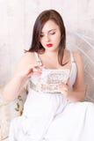 Femme dans la boîte ouverte de robe blanche Image stock