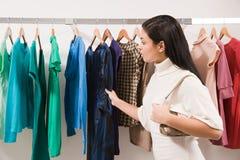 Femme dans la boutique de vêtements images libres de droits