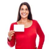 Femme dans la carte de visite professionnelle de visite se tenante rouge Photographie stock libre de droits