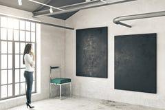 Femme dans la chambre avec des tableaux Images libres de droits
