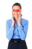 Femme dans la chemise bleue et bande rouge sur ses yeux Images libres de droits