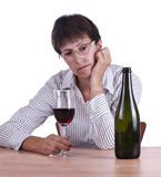 Femme dans la chemise d'affaires buvant seul du vin rouge Image stock