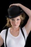 Femme dans la chemise de té et le chapeau noir Photographie stock