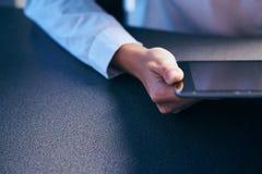 Femme dans la chemise tenant le comprimé, mains, plan rapproché, sonde, écran photos libres de droits
