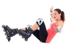 Femme dans la chute de patins de rouleau d'isolement sur le fond blanc Photos libres de droits