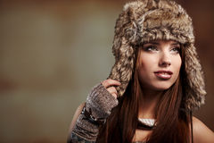 Femme dans la couche de l'hiver. Photos stock