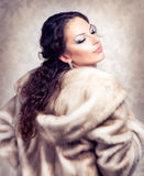 Femme dans la couche de vison de fourrure Photo libre de droits