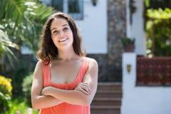 Femme dans la cour de sa maison images stock