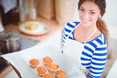 Femme dans la cuisine à la maison, tenant le bureau proche avec le dossier Femme dans la cuisine Photographie stock
