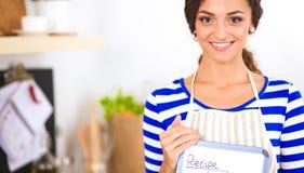 Femme dans la cuisine à la maison, tenant le bureau proche avec le dossier photos libres de droits