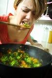 Femme dans la cuisine image libre de droits