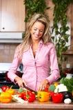 Femme dans la cuisine Image stock