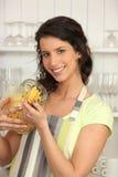 Femme dans la cuisine avec des pâtes Photographie stock libre de droits