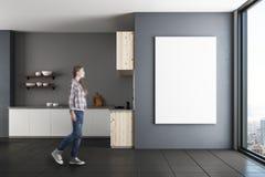 Femme dans la cuisine avec le panneau d'affichage Photographie stock