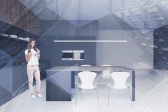 Femme dans la cuisine blanche et grise photographie stock libre de droits