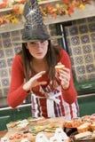 Femme dans la cuisine effectuant des festins de Veille de la toussaint image libre de droits