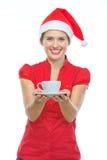Femme dans la cuvette de fixation de chapeau de Noël de la boisson chaude Photos stock