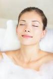 Femme dans la détente de bain Photos libres de droits