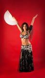 Femme dans la danse Arabe noire de costume avec le ventilateur Photos stock
