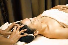 Femme dans la demande de règlement faciale de massage Photos libres de droits