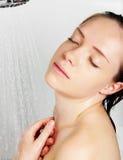 Femme dans la douche Photographie stock libre de droits