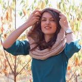 Femme dans la forêt d'automne photographie stock