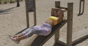 Femme dans la formation de vêtements de sport dans le gymnase dehors banque de vidéos