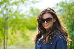 Femme dans la jupe bleue photos stock
