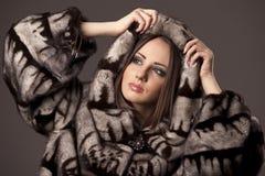 Femme dans la jupe de fourrure avec le capot photos stock