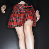Femme dans la jupe de plaid. Photos libres de droits
