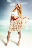 Femme dans la jupe et dessus en plage Photo libre de droits