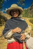 Femme dans la jupe rouge au Pérou Photographie stock libre de droits