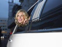 Femme dans la limousine regardant hors de la fenêtre photo libre de droits