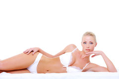 Femme dans la lingerie blanche sexy se trouvant sur le bâti Images libres de droits