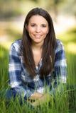 Femme dans la longue herbe photo libre de droits