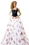 Femme dans la longue jupe blanche image stock