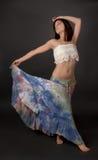Femme dans la longue jupe de colorant de lien image stock