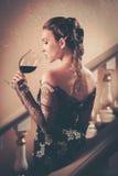 Femme dans la longue robe de soirée Photos libres de droits