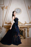 Femme dans la longue robe profondément bleue de dentelle rétro, style de vintage images libres de droits