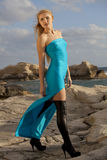 Femme dans la longue robe sur les roches Photos stock
