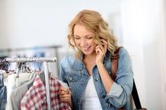 Femme dans la mémoire de vêtement Images stock