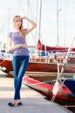 Femme dans la marina contre des yachts dans le port Image stock