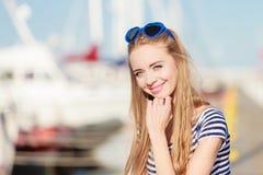 Femme dans la marina contre des yachts dans le port Photo libre de droits