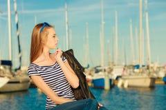 Femme dans la marina contre des yachts dans le port Photos libres de droits