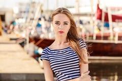 Femme dans la marina contre des yachts dans le port Photo stock